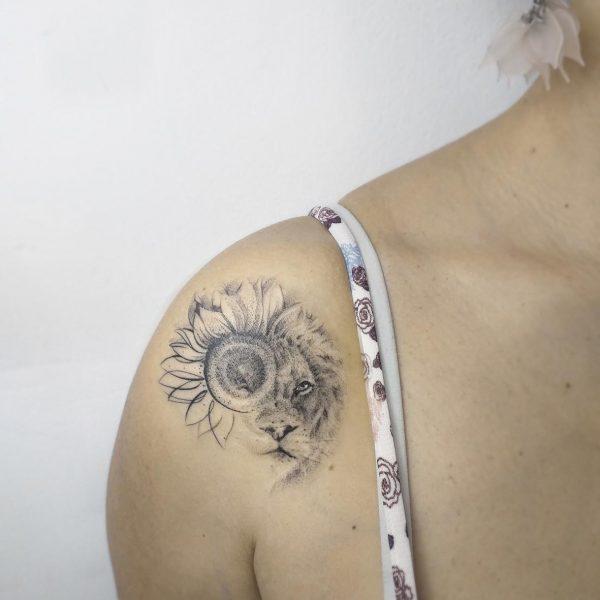 tattoo-atelier-taranto-crispiano -valle-d'itria-tatuaggi-artistici-black-gray- tattooartist-tattooart-freehand-a-mano-libera-handmade-lion-leone-spalla-donna-girasole-sunflower-masterpiece