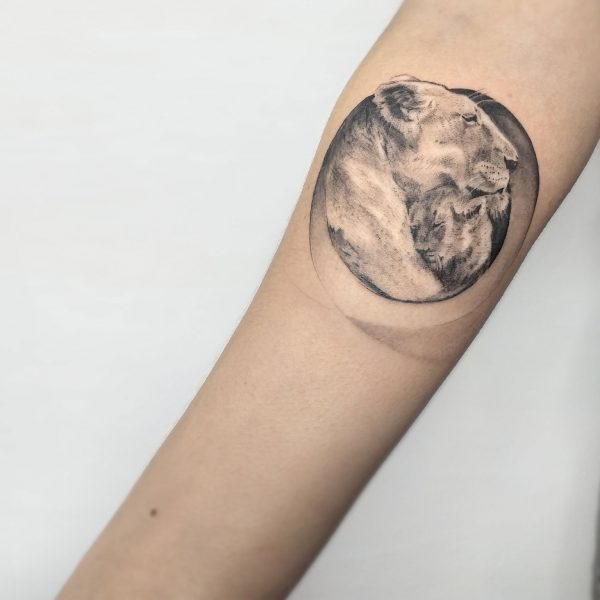 tatuaggio-taranto-leone-madre-figlio-figlia-leoncino-tatuatore-taranto-mirko-pugliese