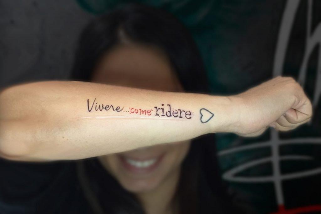 tatuaggio di una scritta su cicatrice